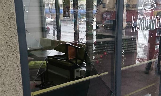 Чтобы забраться в кафе вор разбил окно.  Фото Управа района Нымме.