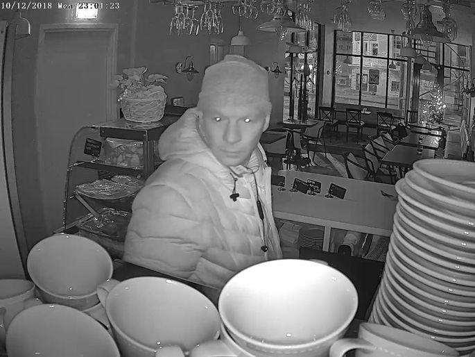 Забравшийся в кафе молодой человек попал на запись камеры видеонаблюдения.  Фото: Управа района Нымме.